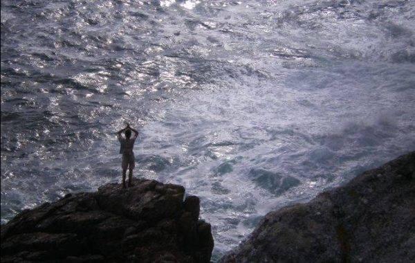 Pilger auf den Klippen vom Kap Finisterre