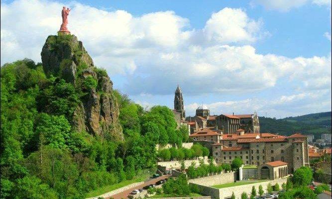 Blick auf Le Puy mit Marienstatue