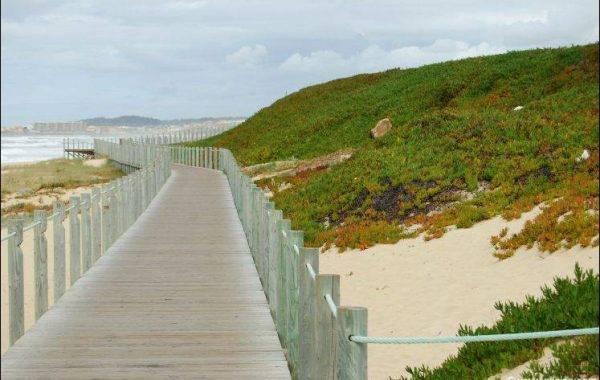Sie pilgern auf einem Holzweg direkt am Atlantik, wunderschön…