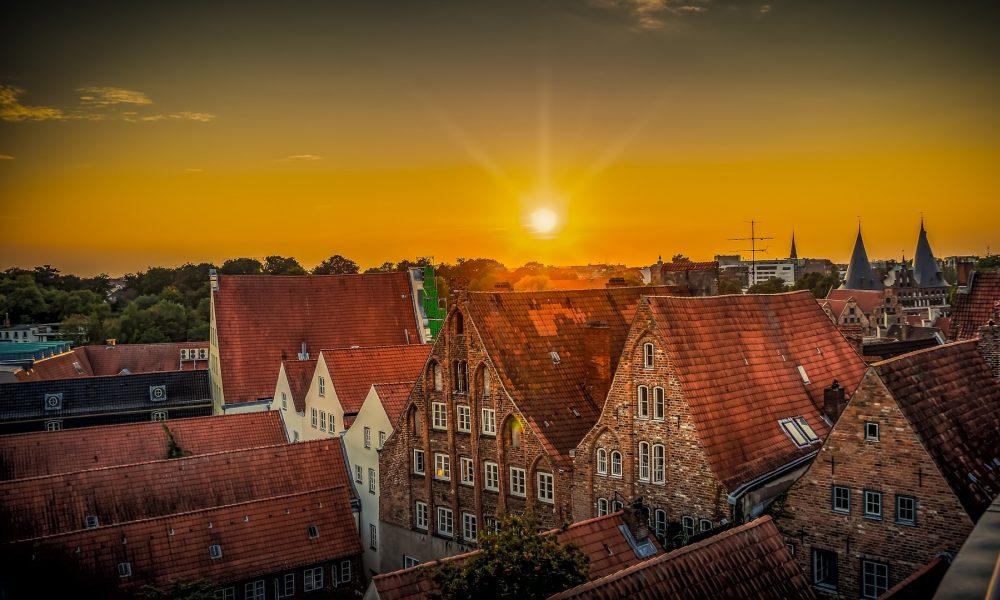 Sonnenuntergang über den Dächern von Lübeck