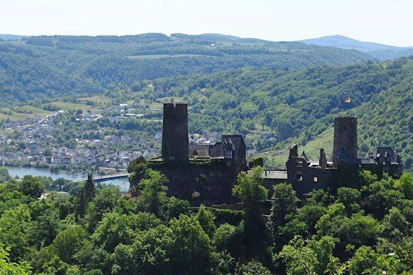 Ausblick auf die Burg Thurant und die Mosel