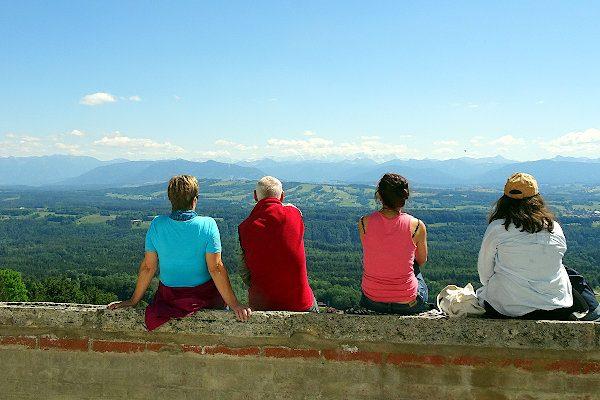 Pilger genießen die Aussicht vom Hohenpeißenberg