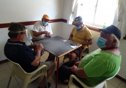 Kartenspielen in der Dorfbar geht auch in Coronazeiten