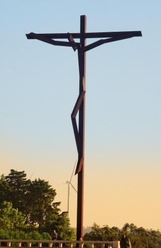 Das große Fátimakreuz in der Abenddämmerung