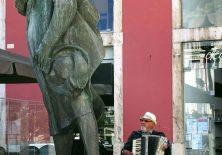 Frühstücksmusik – Der Straßenmusikant beim Sängerdenkmal in Leiria.