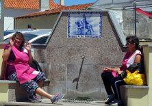 Zwei Hausfrauen erzählen in ihrer Mittagspause dem Pilger die Geschichte von Dom Dinis.