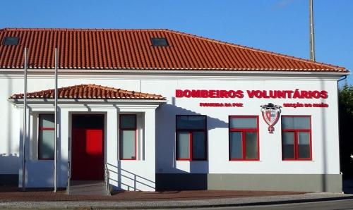 Ortseingang Paiâo: Bombeiros Voluntários sind keine Selbstmordattentäter, sondern die Freiwillige Feuerwehr.