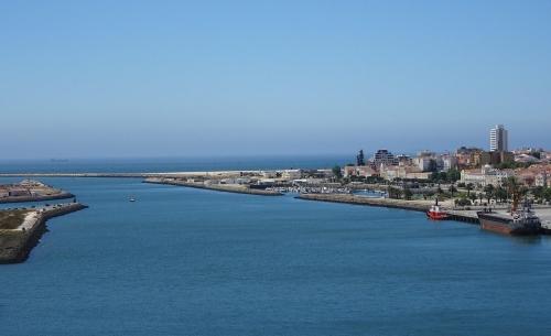 Blick von der Mondego-Brücke auf Figueira da Foz mit Hafen und Sportboot-Marina.