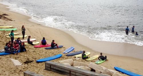 Strand von Figueira da Foz: Surfen kann man auch ohne Sonne lernen.