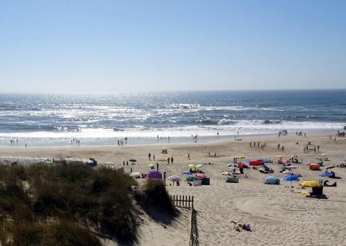 Ohne Nebel ist das Strandleben in Praia de Mira schöner.