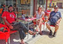 Toni, Steffi und ein Pilger vor der besten Bar von Barra de Mira