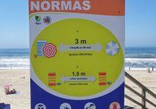 Corona-Hinweisschild beim Eingang zur Praia do Vaga