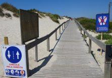 """""""Corona-Verkehrshinweis"""" für die Holzstege Richtung Praia da Vagueira"""