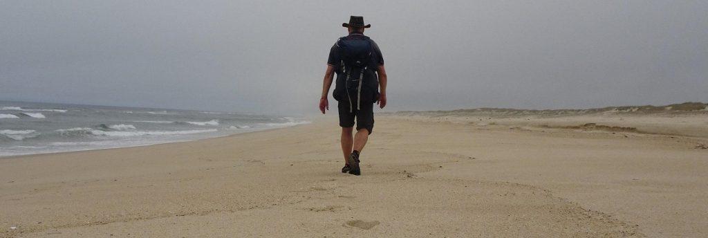 Einsamer Pilger auf kilometerweitem Strand.