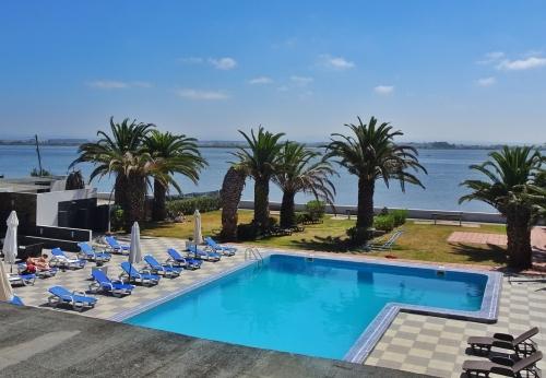 Blick aus dem Hotelfenster in Torreira auf Pool und Ria