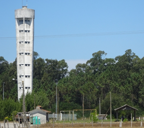 Der Wasserturm beim Sportplatz versorgt noch immer ganz Torreira.