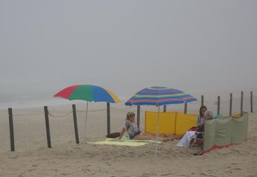 Entspannen am Strand geht auch mit Morgennebel.