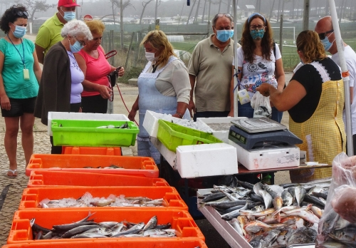Kleiner Fischmarkt inklusive Auktion für die Dorfbevölkerung.