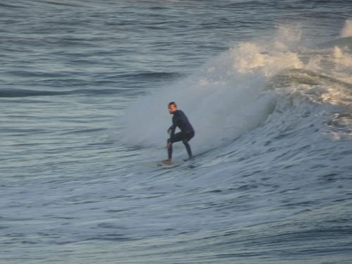 Surfer auf der Suche nach der perfekten Welle.