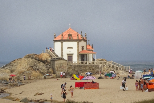 Die Capela do Senhor da Pedra direkt am Urlauberstrand.
