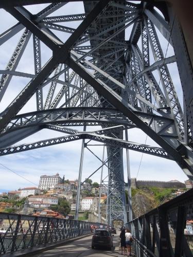Über die Brücke Dom Luís geht es nach Porto hinüber.