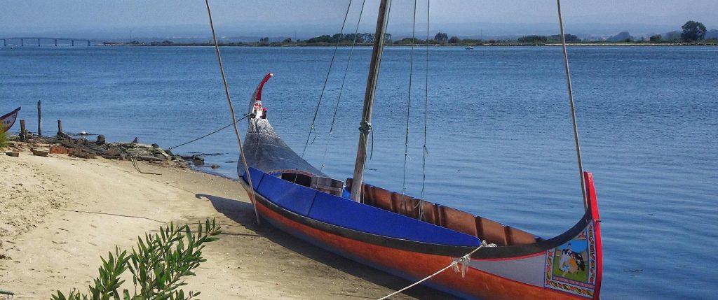 Traditionelles Fischerboot am Ufer der Ria