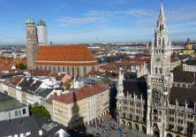 Rathaus am Marienplatz und Liebfrauendom in München