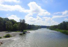 Über die Brücke zur anderen Isar-Seite