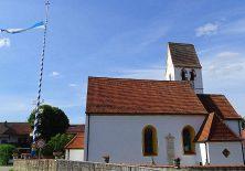 Dorfkirche von Aschering mit Maibaum