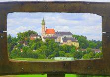 Kloster Andechs durch den Rahmen fotografiert