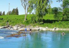 Pilger baden bei Lechbruck im Lech.