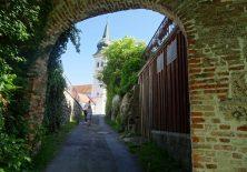 Der Jakobsweg nach Rottenbuch führt durch ein altes Tor.