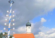 Maibaum und Kapelle bei Leuterschach