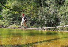 Achso: Die wackelige Hängebrücke über die Wertach