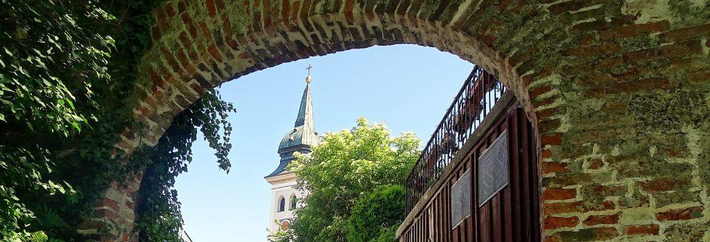 Durch ein altes Tor geht es nach Rottenbuch